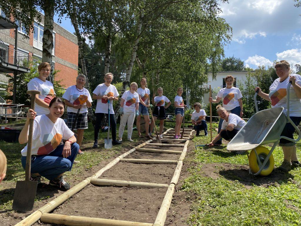 Impression der Aktion: Barfußpfad im Garten der Generationen bauen